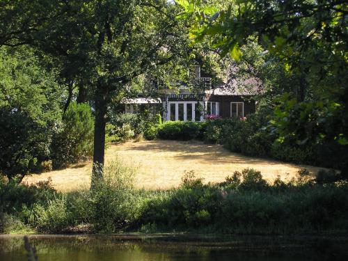 Badhuis met vijver op landgoed Halse Barrier